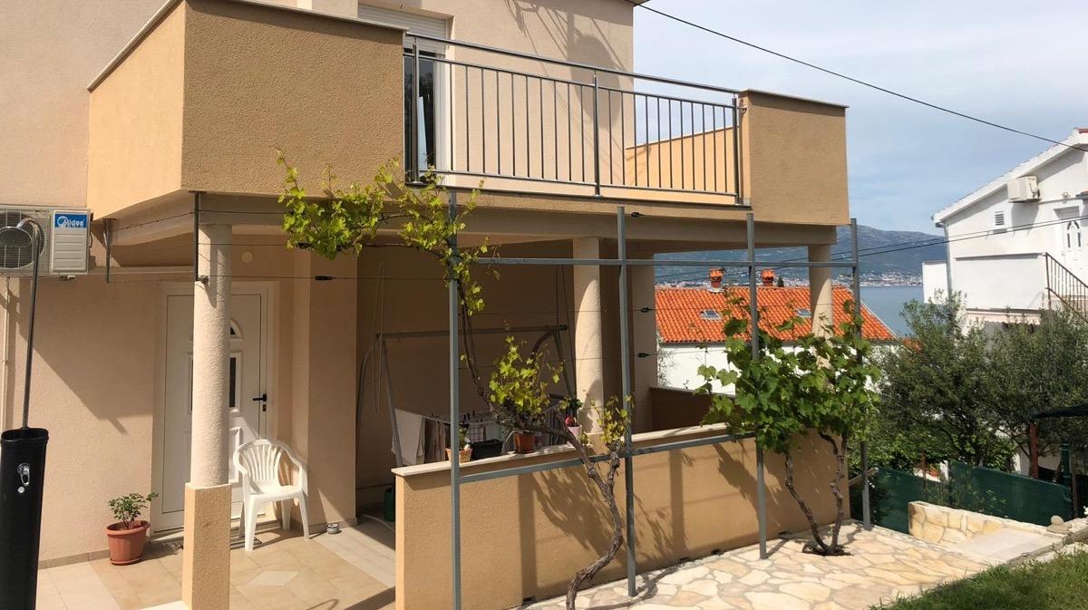 Blick auf die Terrasse des Apartments Kastela