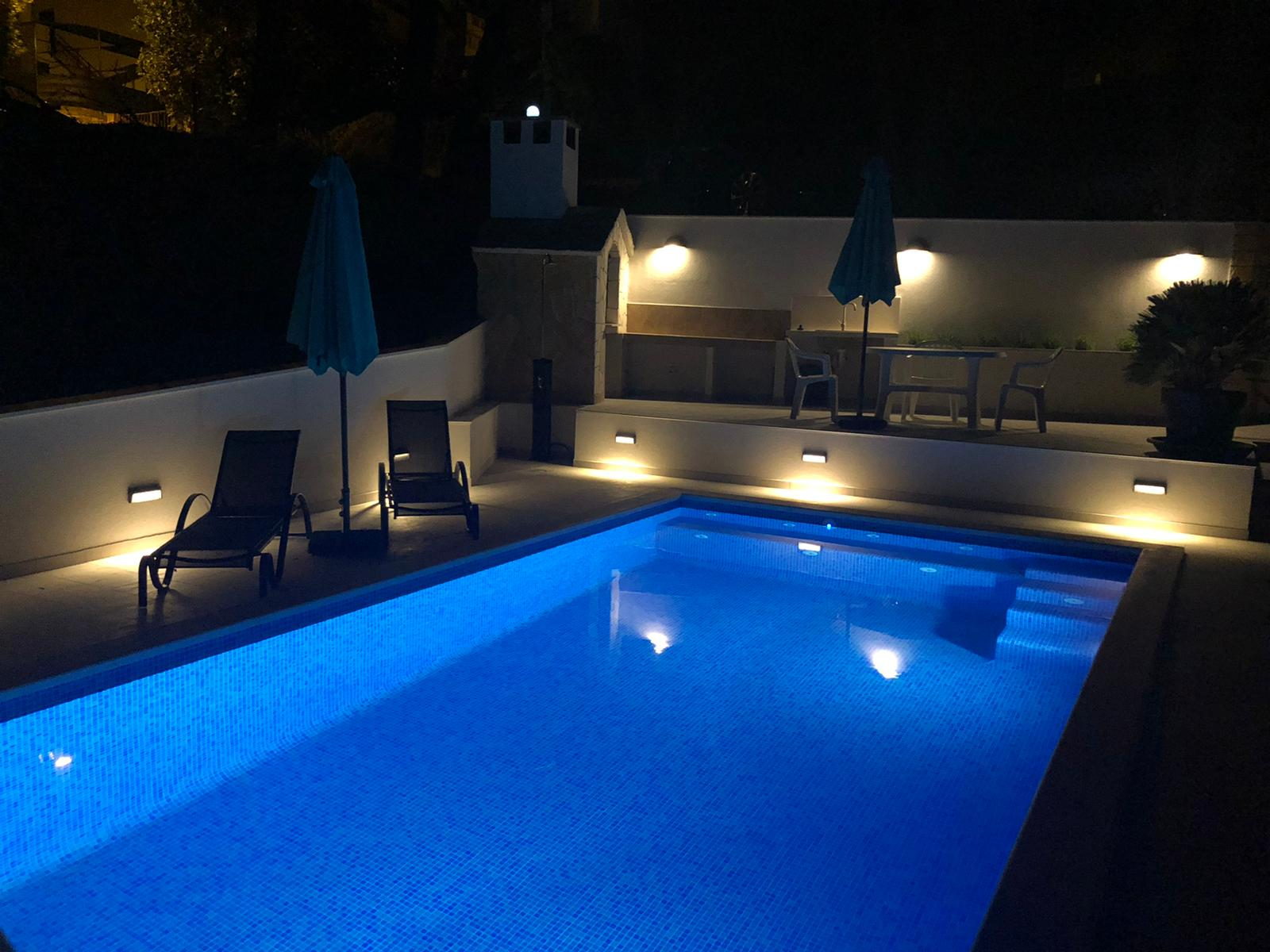 Pool des Apartment Mirafour bei Nacht